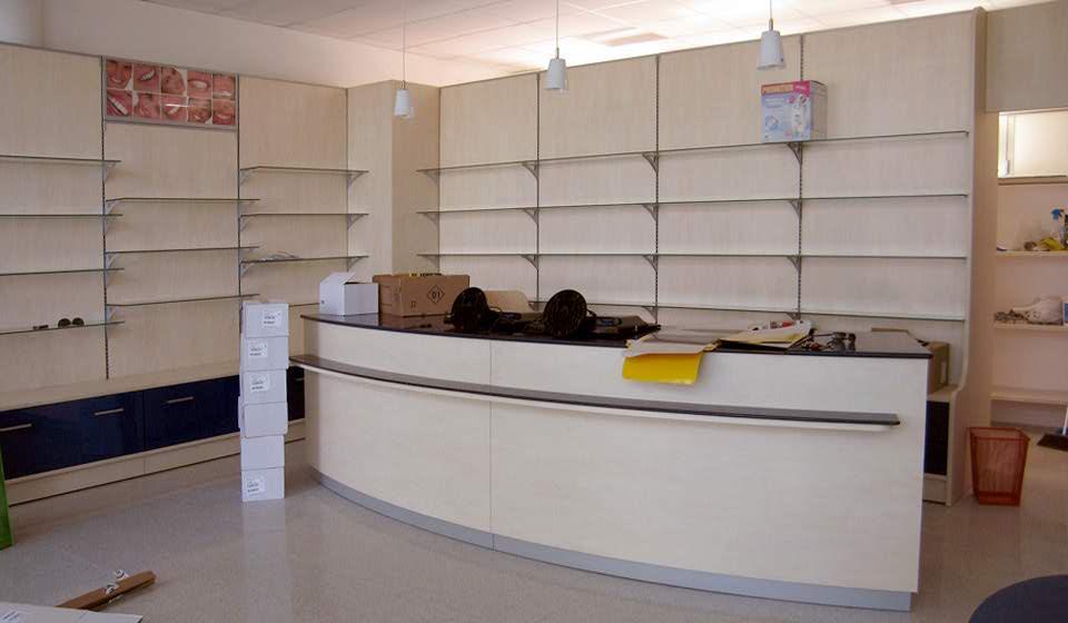 ARREDO FARMACIA Banco vendita e pareti attrezzabili con ripiani - Riganelli Arredamenti