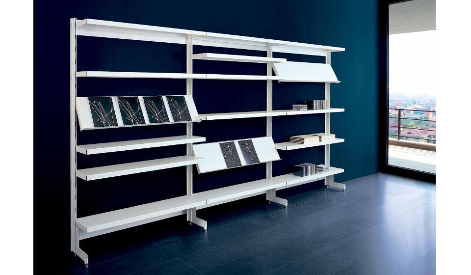 Big libreria metallica con ripiani inclinati