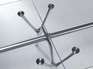Dettaglio tavolo riunione piano in vetro e struttura in alluminio - riganelli