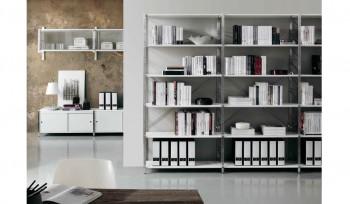 Libreria metallica con fianco in tondino d'acciaio e piani metallici