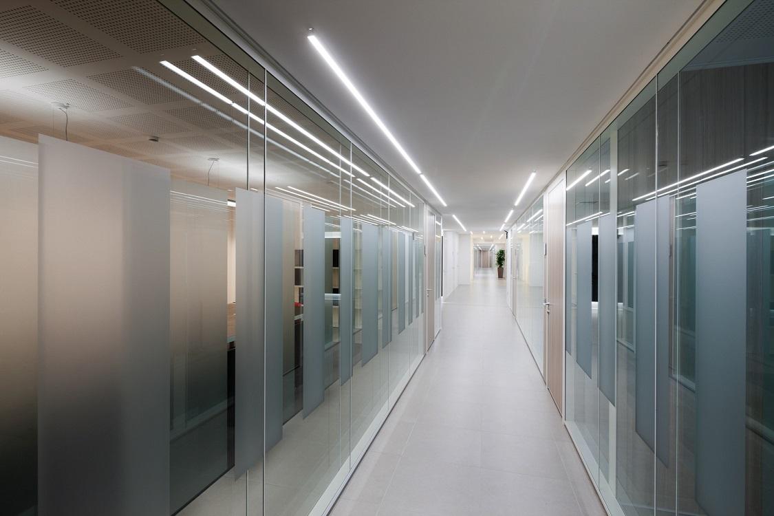 Metrica-parete-in-vetro-satinata-uffici-Riganelli-Arredamenti