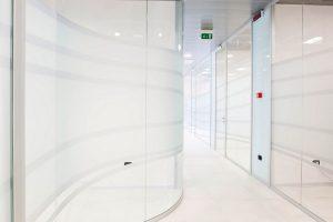 Unica-parete-divisoria-in-vetro-parete-curva-Riganelli-Arredamenti-1