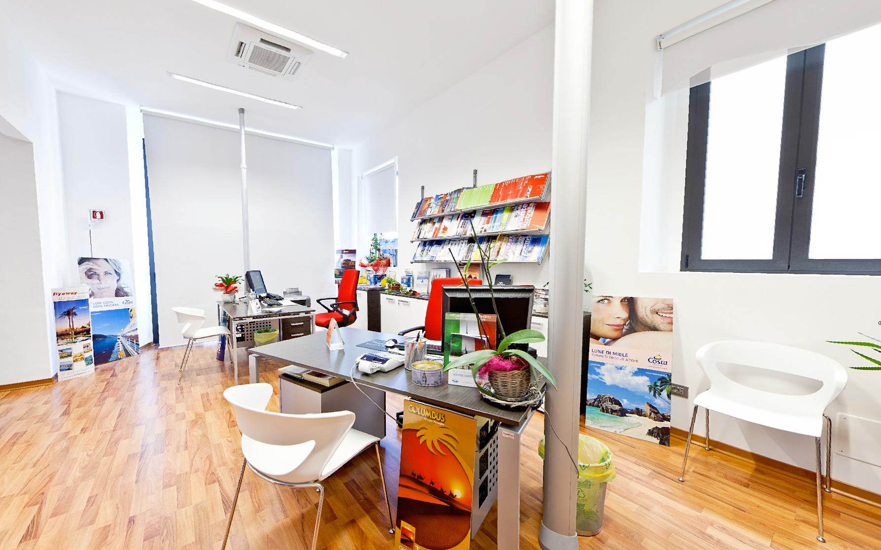 Idee arredamento agenzia viaggi immagini ispirazione sul for Arredamento per agenzia immobiliare