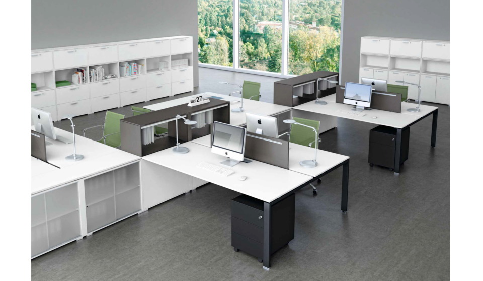 Glider sistema di scrivanie operative con mobili di servizio