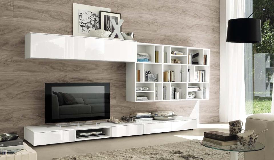 Soggiorno bianco lucido parete piastrelle effetto legno