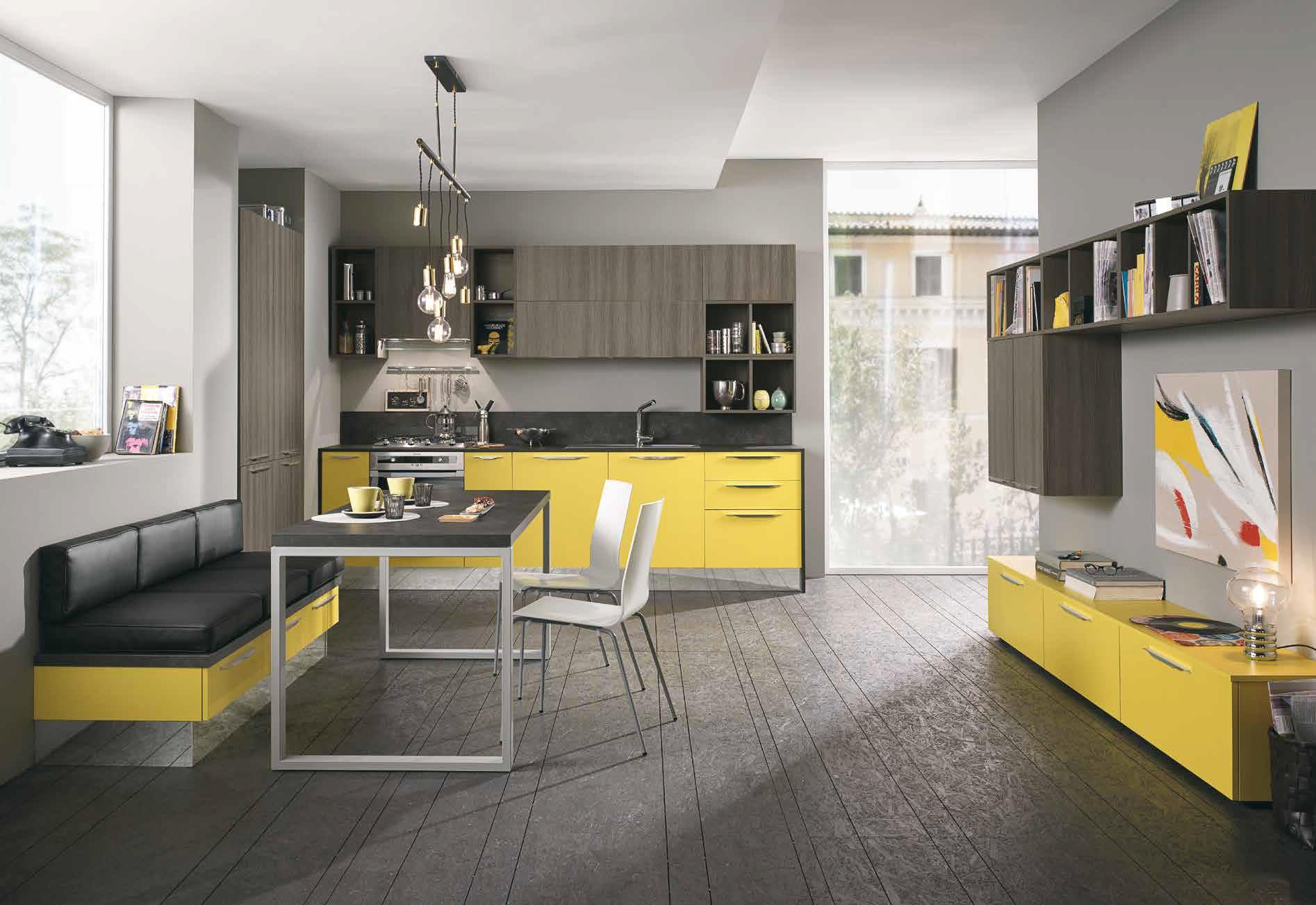 Cucina Quadra colorata gialla con soluzioni salvaspazio