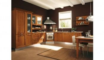 Cucina classica in legno con zoccolo cappa e forno acciaio inox
