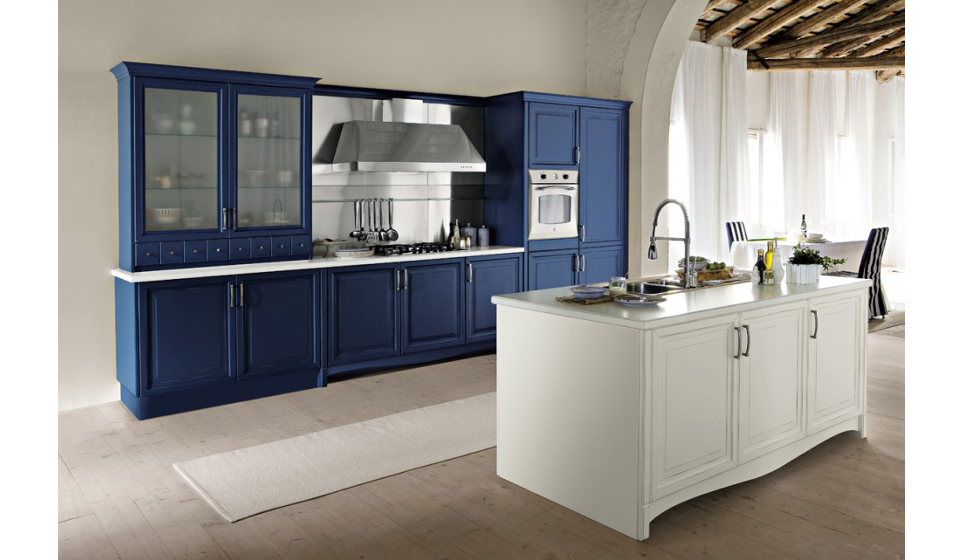 Cucina design classica con ante a cornice colorate laccate blu