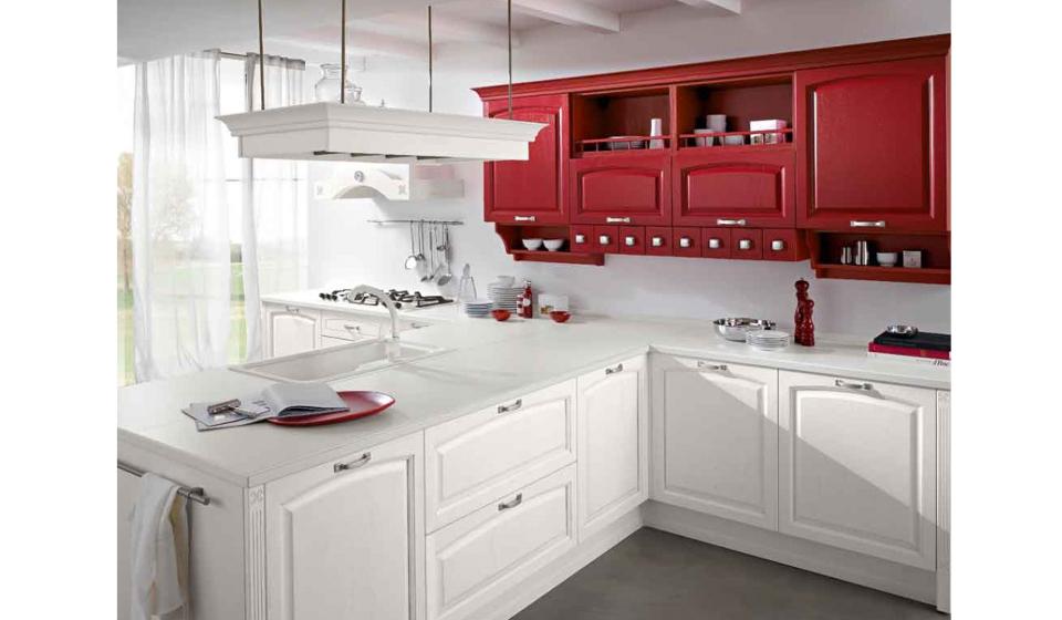 Cucina design classico con basi laccate bianche e pensili laccati rosso