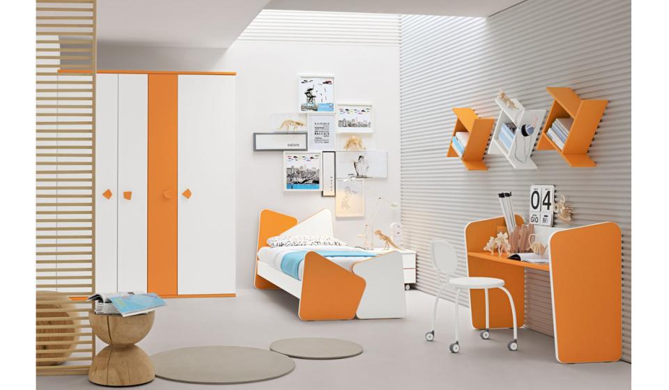 Cameretta per ragazzi colorata arancio con libreria pensile