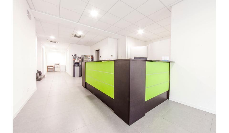 Bancone reception con pannelli colorati e finiture alluminio
