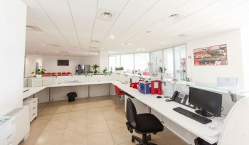 Progettazione e realizzazione di bancone reception lato operatore parte interna