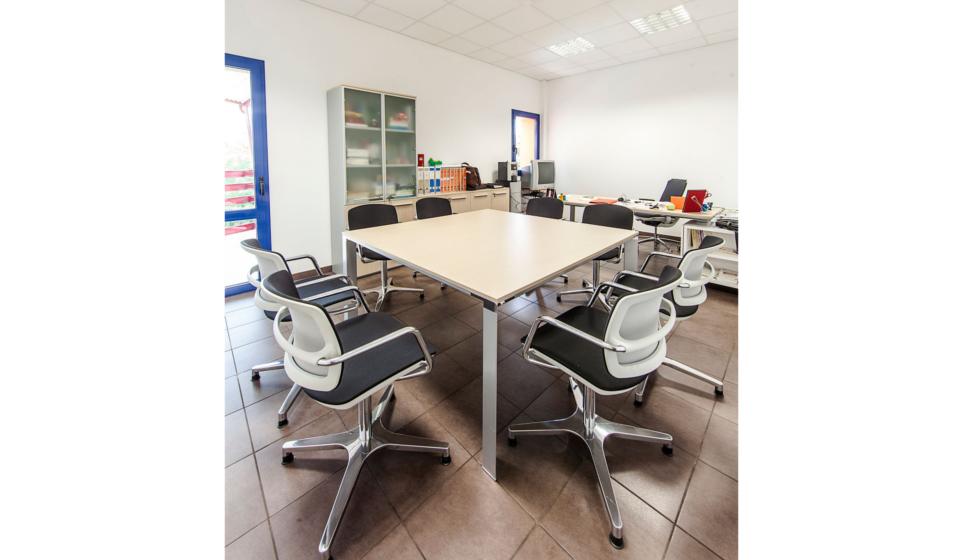 Istituto zooprofilattico di Macerata ufficio direzionale con tavolo riunioni