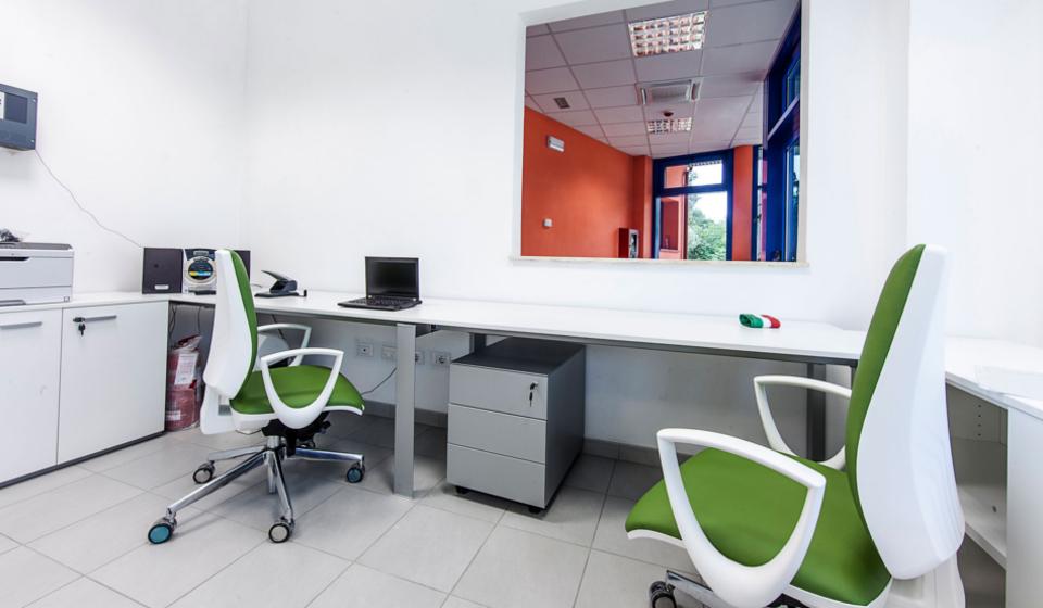 Poltrona per ufficio operativa ergonomica su ruote nuova sede Istituto Zooprofilattico
