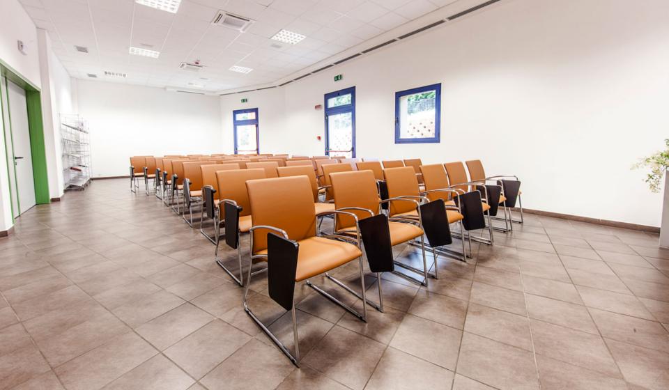 Poltrone con scrittoio sala corsi e conferenze Istituto Zooprofilattico