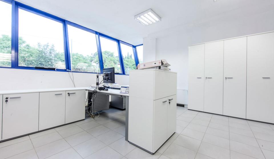 Riganelli mobili per ufficio e scrivanie con vasche raccoglicavi elettrici e portacomputer appesi sotto al piano