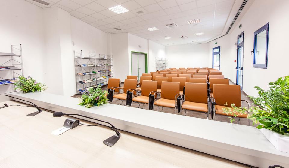 Riganelli realizza sale conferenze e corsi banco relatori e poltrone con scrittoio