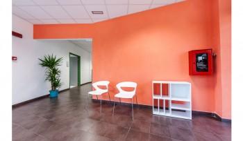 Sedie scocca in plastica e struttura cromata per sala attesa e mobiletto porta riviste bianco