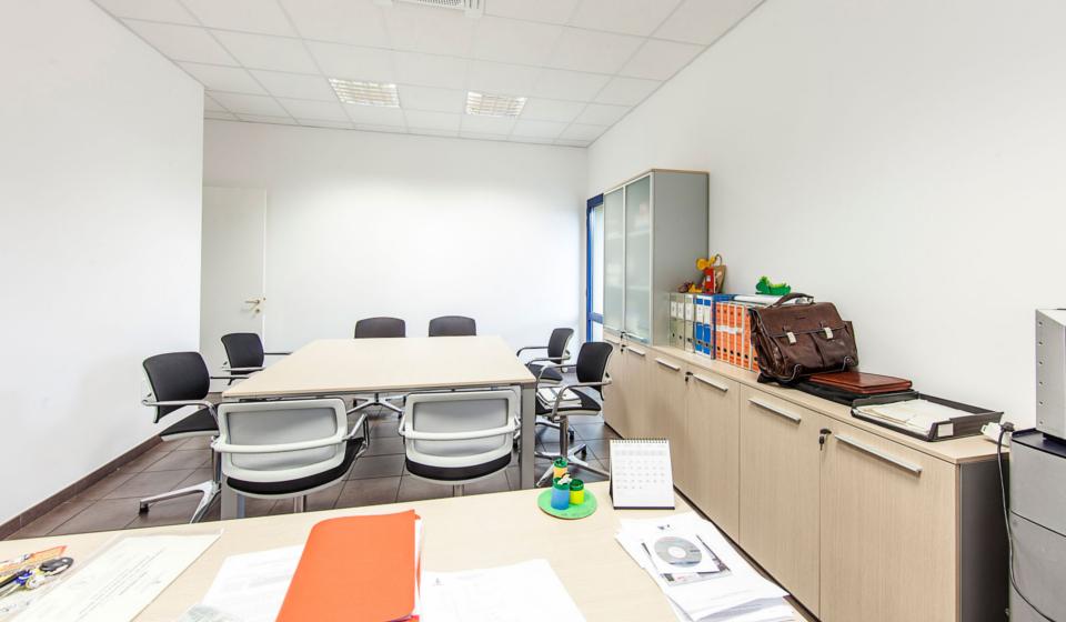 Ufficio direzionale con tavolo riunioni nuova sede istituto zooprofilattico di Macerata