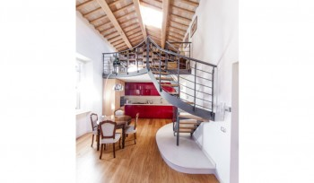 Camera da letto su soppalco loft