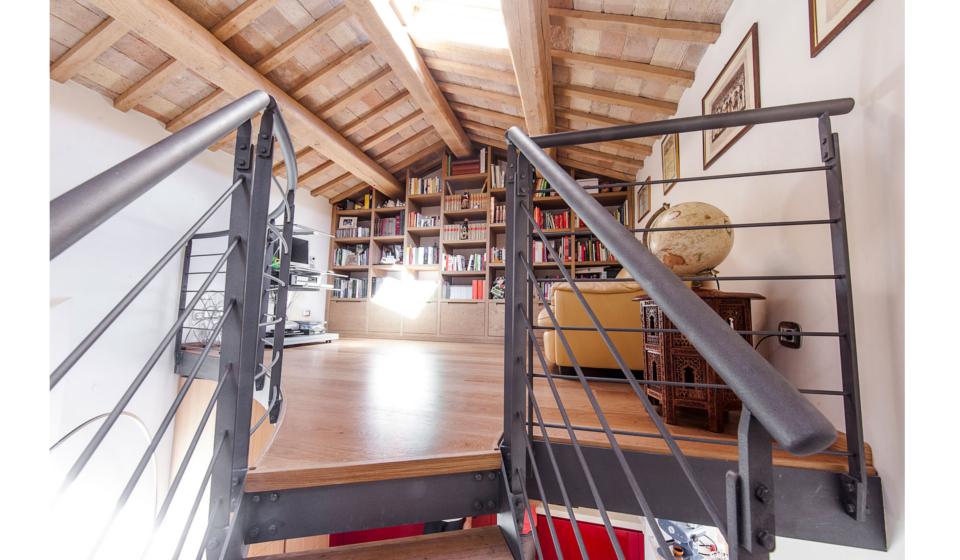 Loft su due piani libreria al piano superiore