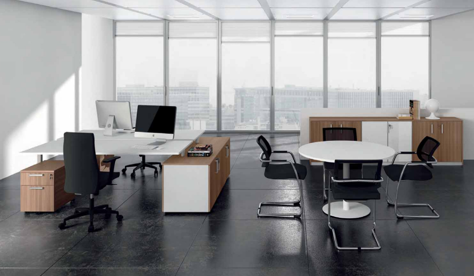 Scrivania operativa multipostazione e tavolo riunione tondo