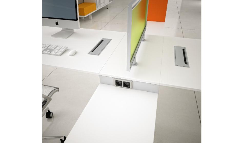 Fori e top access per il passaggio cavi sul piano scrivania