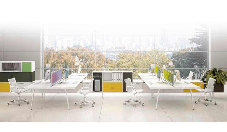 Sistema di arredamento per ufficio operativo multipostazione con mobili per archiviazione