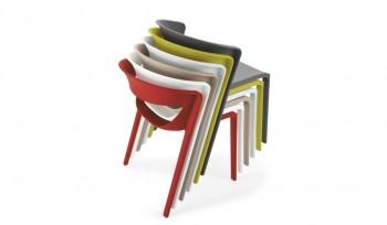 Sedia in polipropilene impilabile e di design