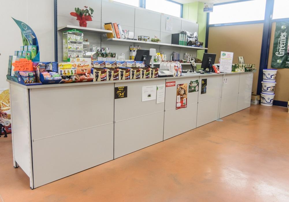 Banco-vendita-negozi-realizzato-con-scaffalatura