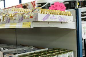 Scaffalatura-con-pianetti-per-negozio-casalinghi-e-biancheria