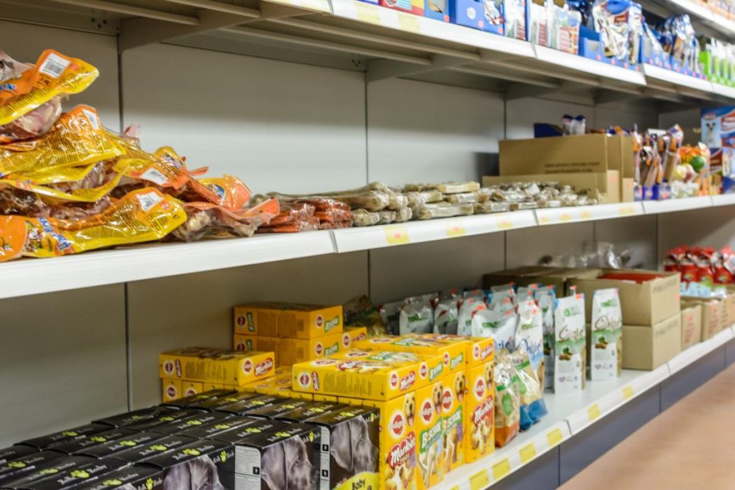 Scaffale-negozi-articoli-casalinghi