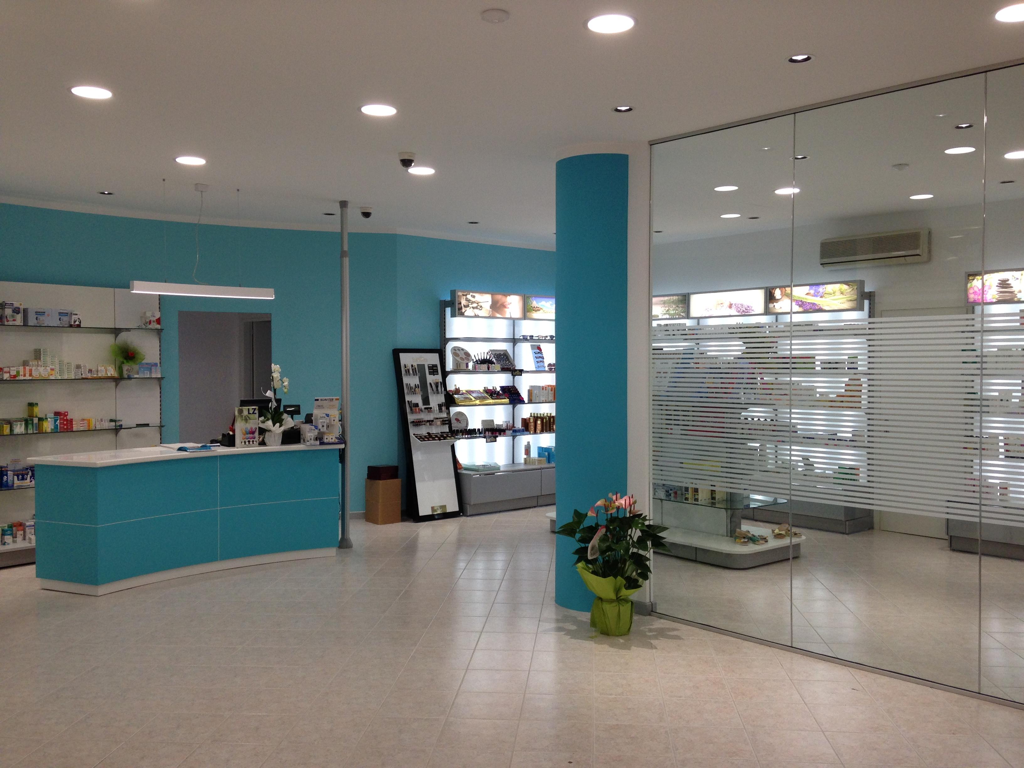 REALIZZAZIONE FARMACIA Banco vendita e parete attrezzata divisoria - Riganelli Arredamenti