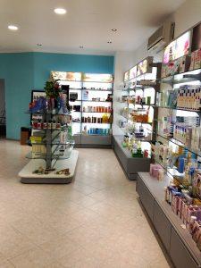 REALIZZAZIONE-FARMACIA-Espositore-centrosala-e-a-parete-Riganelli-Arredamenti
