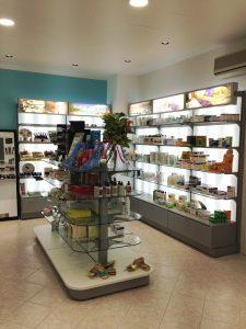 REALIZZAZIONE-FARMACIA-Espositore-prodotti-Riganelli-Arredamenti