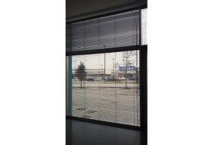 Tenda-veneziana-vetrata-grande-realizzata-da-Riganelli-Arredamenti