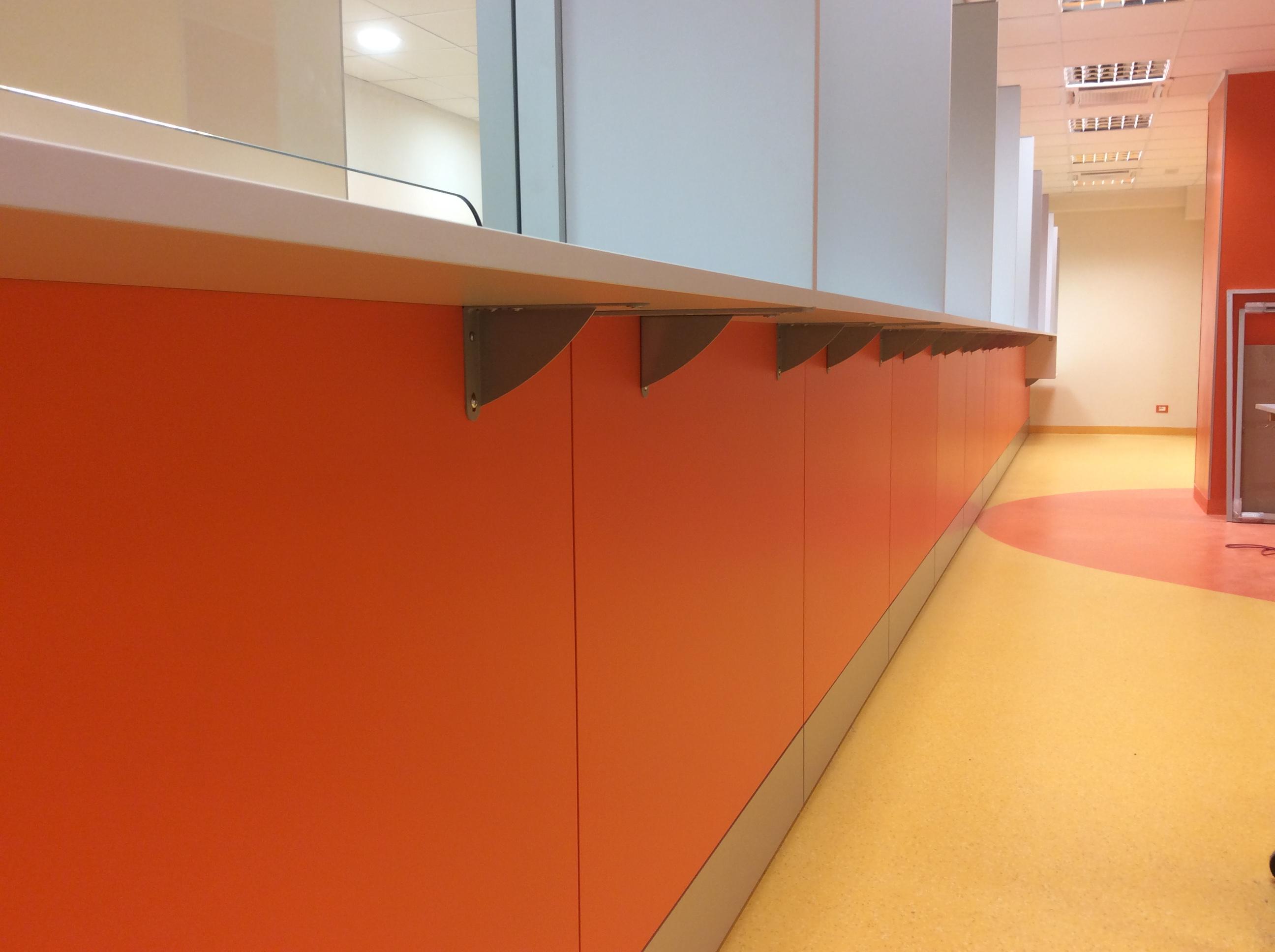 15 Dettaglio parete attrezzata accettazione cup ospedale - Riganelli Arredamenti