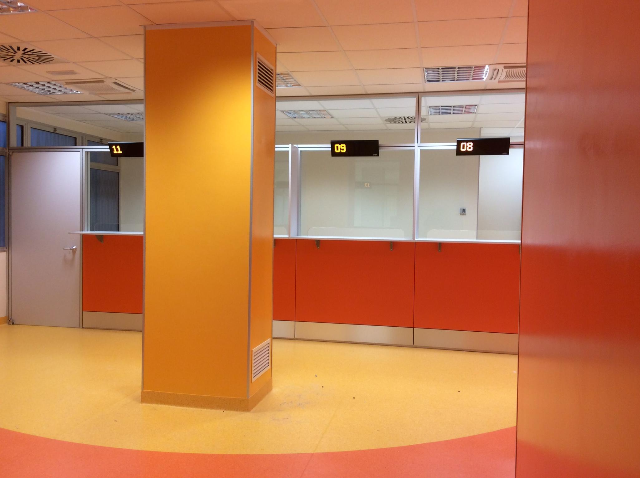 6 Realizzazione su misura nuova area accettazione con pareti attrezzate - Riganelli Arredamenti