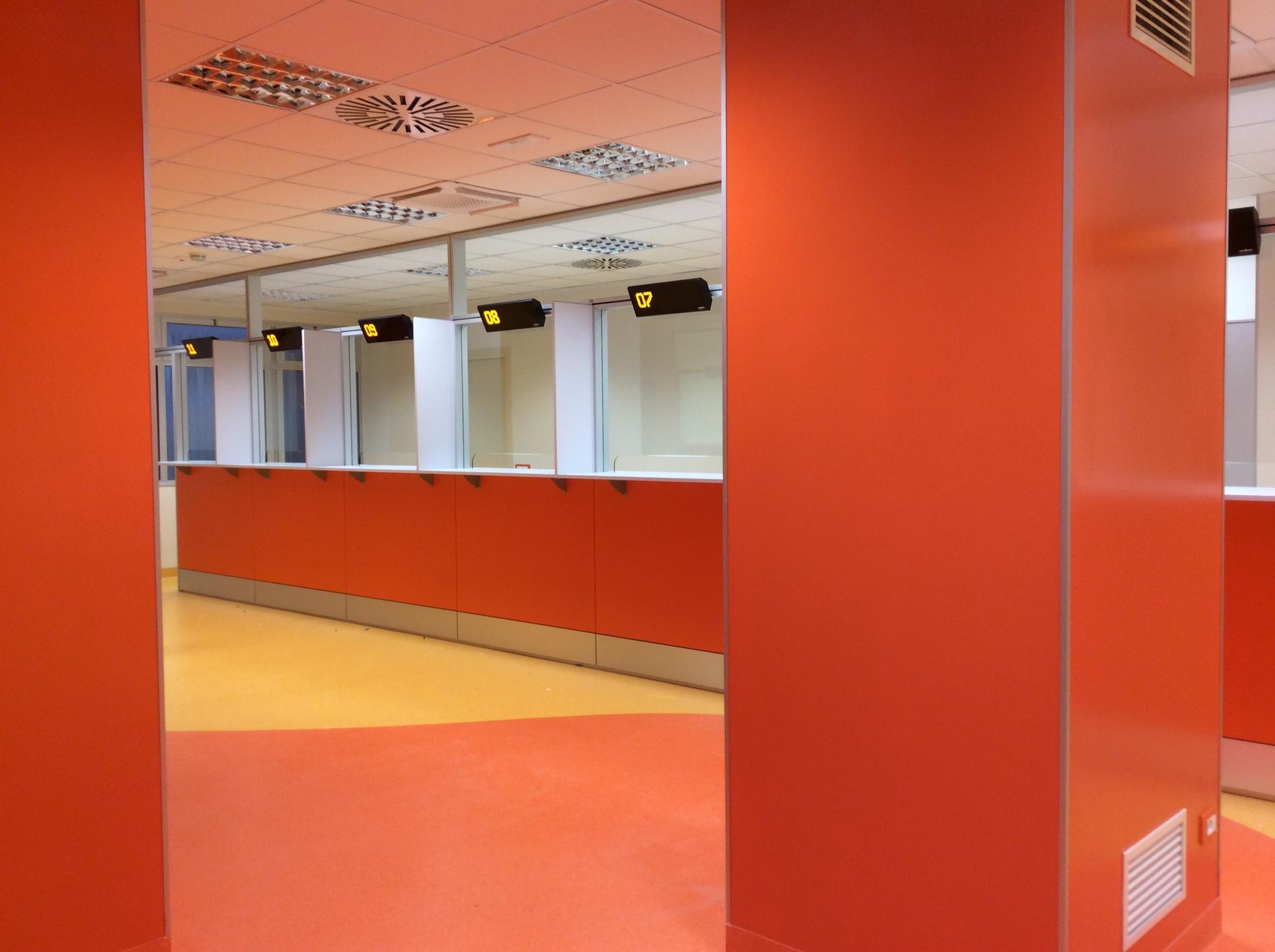 7 Realizzazione su misura parete attrezzata arredamento cup ospedale - Riganelli Arredamenti