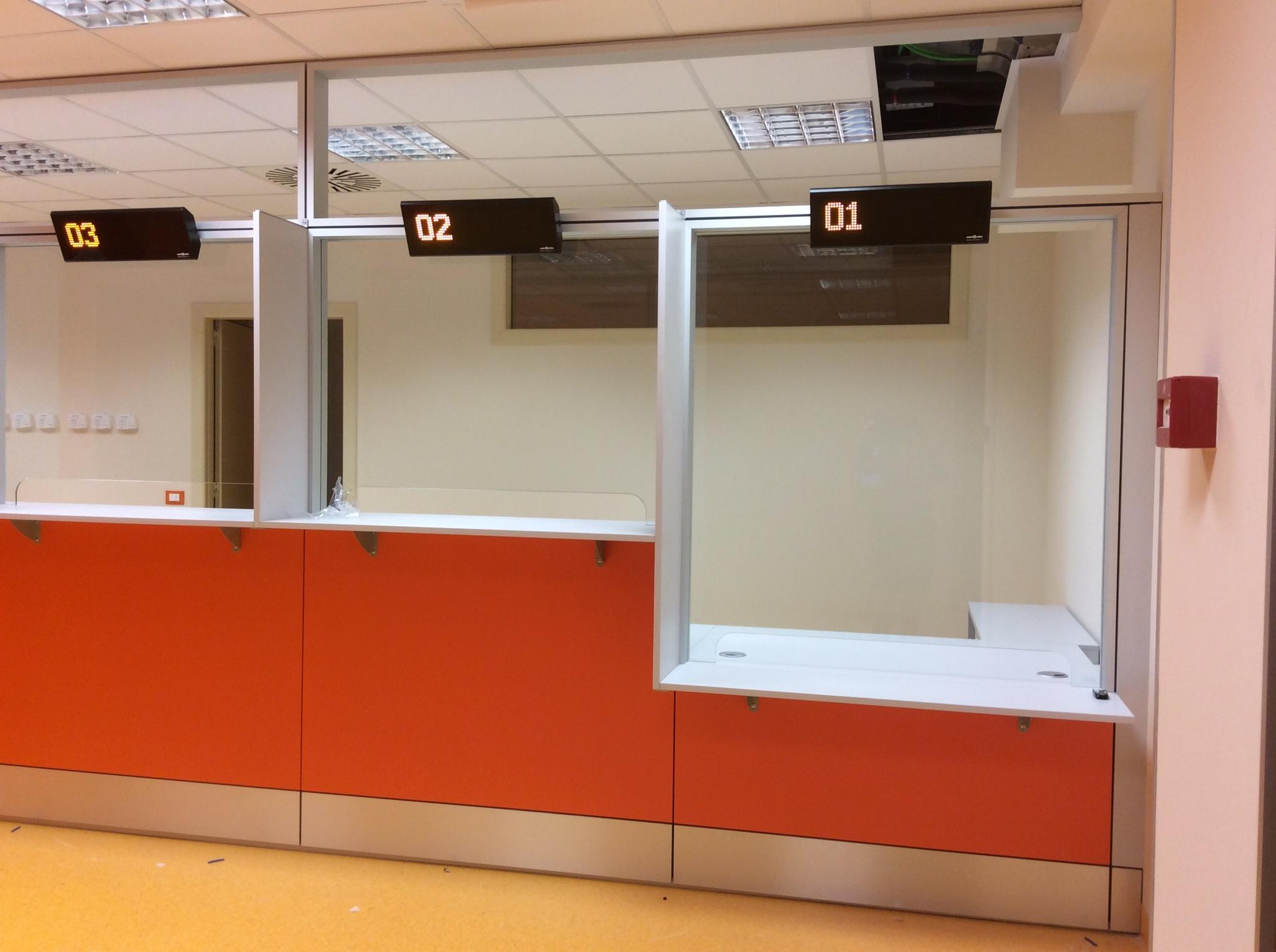 8 Realizzazione su misura parete attrezzata sportello accettazione ospedale - Riganelli Arredamenti