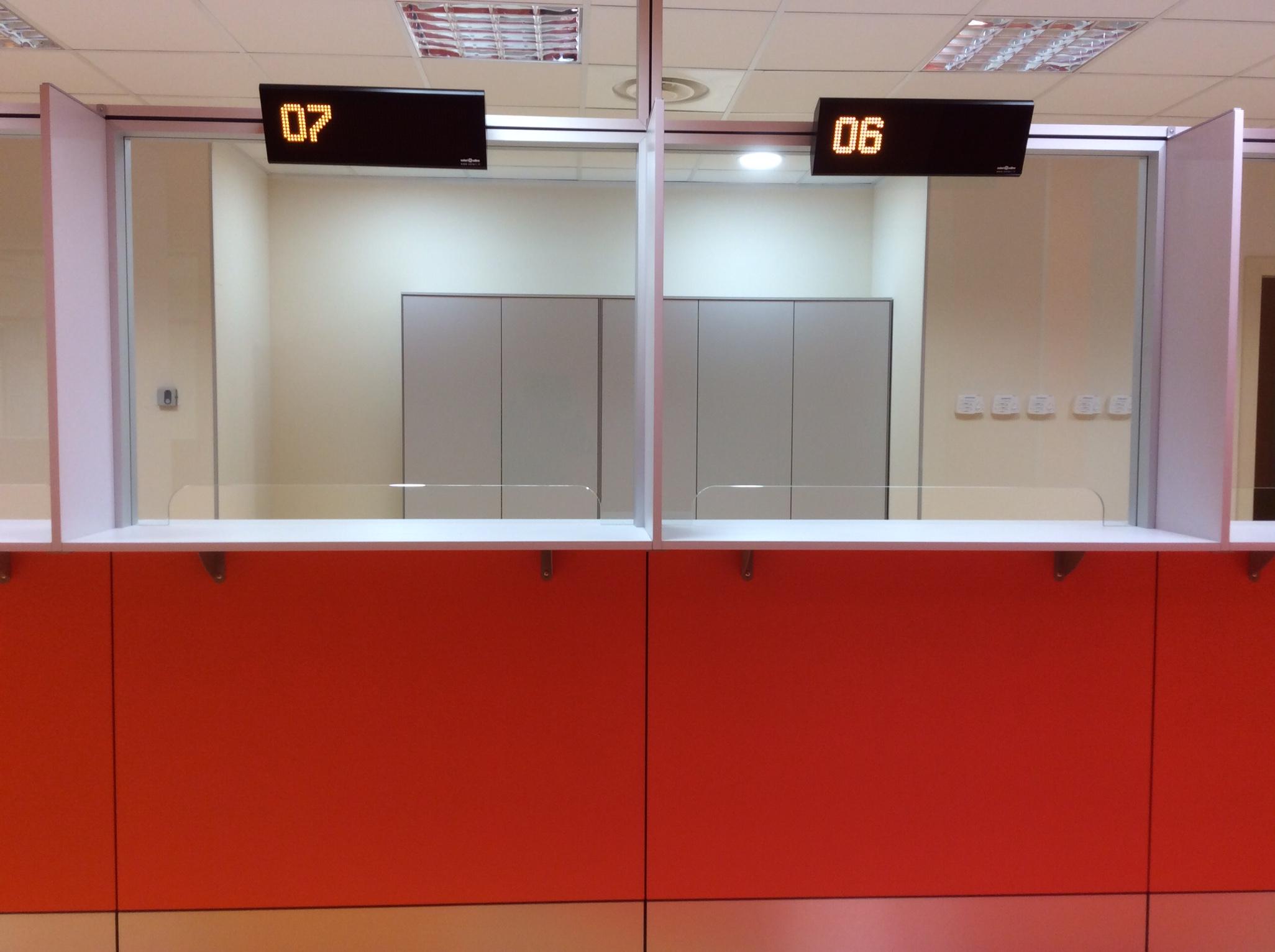 9 Realizzazione su misura parete attrezzata sportello ospedale - Riganelli Arredamenti