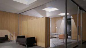 Parete-attrezzata-a-contenitore-quadra-con-ante-in-vetro-e-in-legno-design-e-comfort-Riganelli-Arredamenti-1