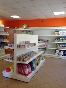 Scaffalatura-negozio-animali-Riganelli-Arredamenti