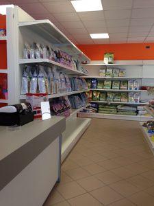 Scaffali-espositori-negozi-animali-Riganelli-Arredamenti