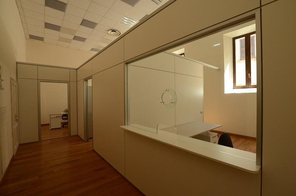 Dettaglio-sportello-parete-divisoria-e-pannelli-acustici-Riganelli-Arredamenti