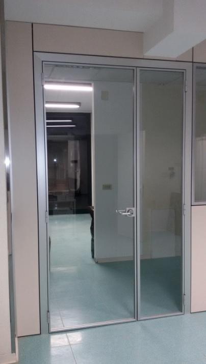 Parete divisoria e attrezzata con porta in vetro