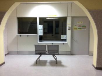 Parete divisoria e attrezzata sportelli ospedale - Riganelli Arredamenti