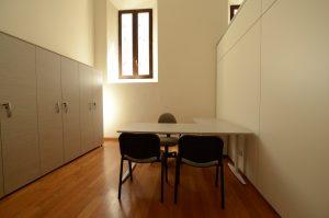 Ufficio-operativo-con-libreria-armadio-Riganelli-Arredamenti