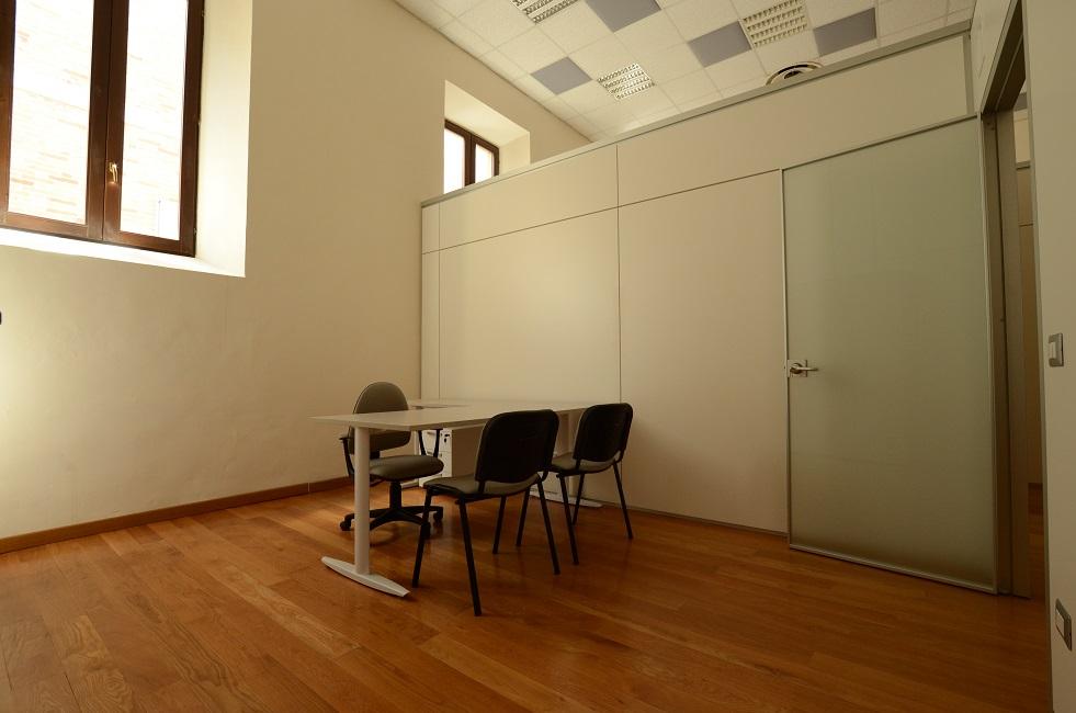 Ufficio-operativo-con-parete-divisoria-Riganelli-Arredamenti