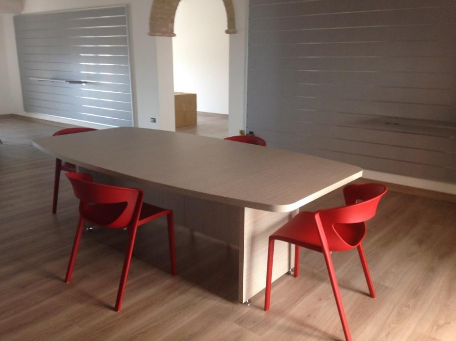 Arredamento showroom tavolo e sedie kicca rosse - Riganelli Arredamenti